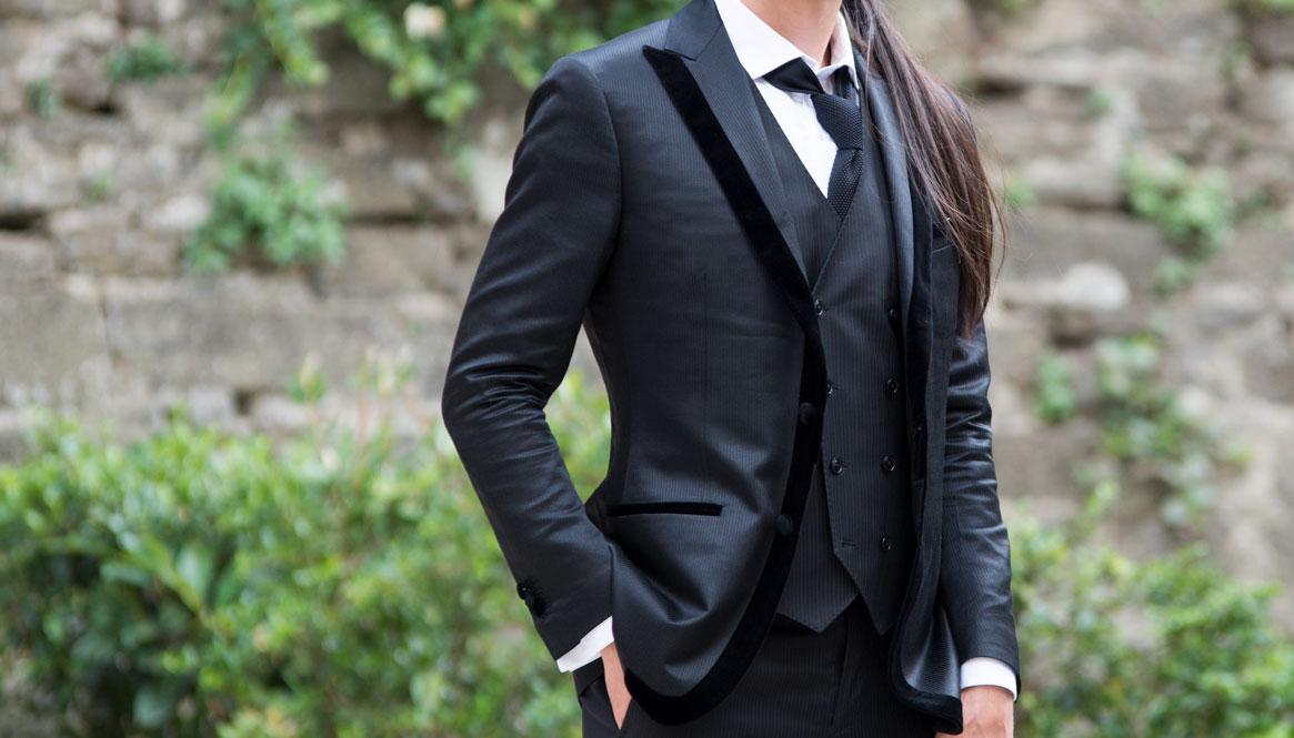 must kolmeosaline ülikond